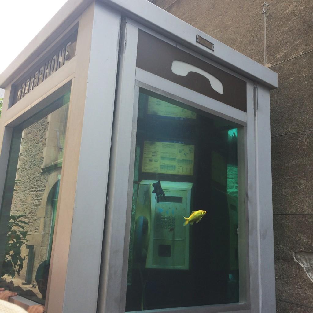 voyage à nantes cabine téléphonique poisson