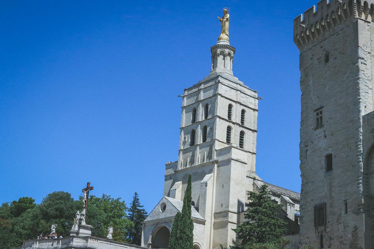 avignon-palais-des-papes-statue